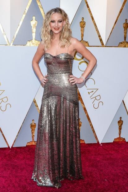 Mnogi absolutno zmago na letošnji oskarjevski rdeči preprogi pripisujejo Jennifer Lawrence. Pričeska, 'mejkap' in obleka Dior – vse se tako …