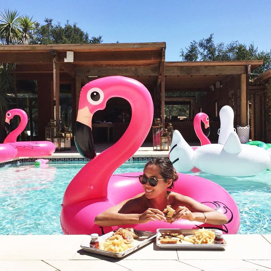 Pozabi navadne napihljive flamingo blazine, zdaj je tu nov PLAŽNI HIT leta 2018! (foto: Profimedia)