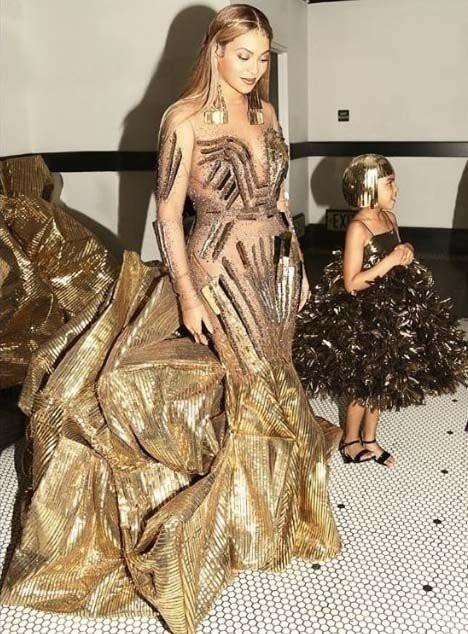 Beyoncé in Blue Ivy sta nas navdušili z ujemajočimi oblekami! (foto: Profimedia)