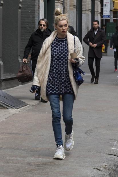 Model Elsa Hosk je svoj par čevljev Balenciaga pokombinirala z džinsom in puloverjem.