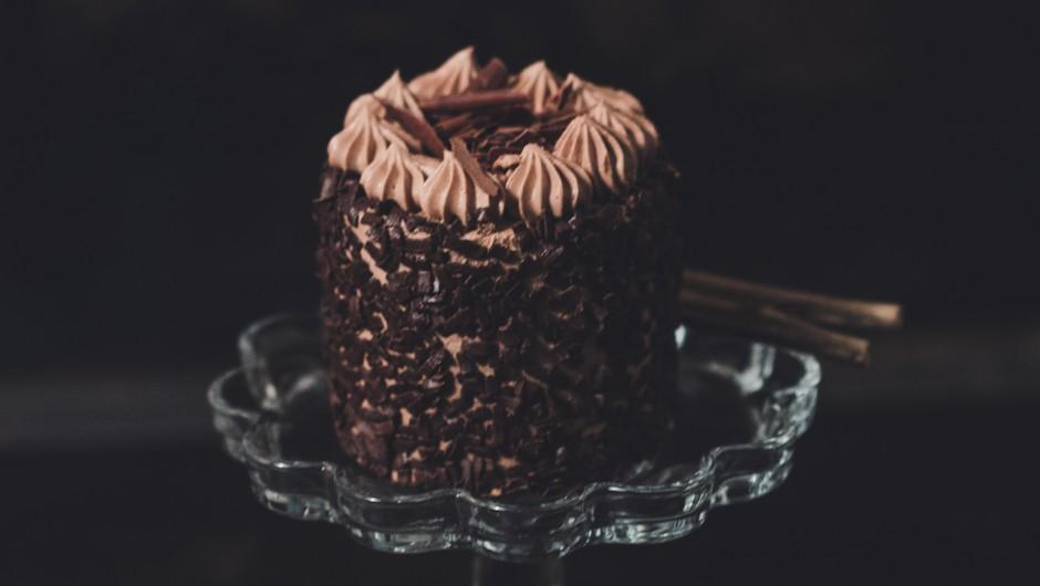 Recept za pripravo slastnetemne čokoladne torte (Mnom, mnom ...) (foto: Unsplash.com/Jordane Mathieu/Fotografija je simbolična)