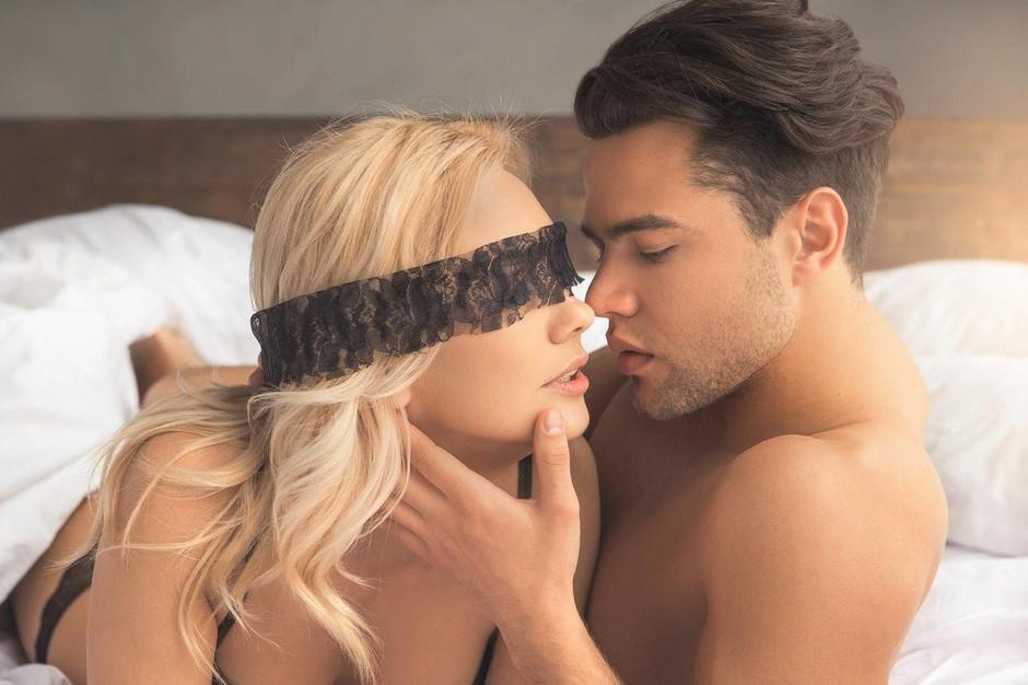 Gola se ulezita eden poleg drugega, začnita se samozadovoljevati in … (5 vročih seks scenarijev) (foto: Profimedia)