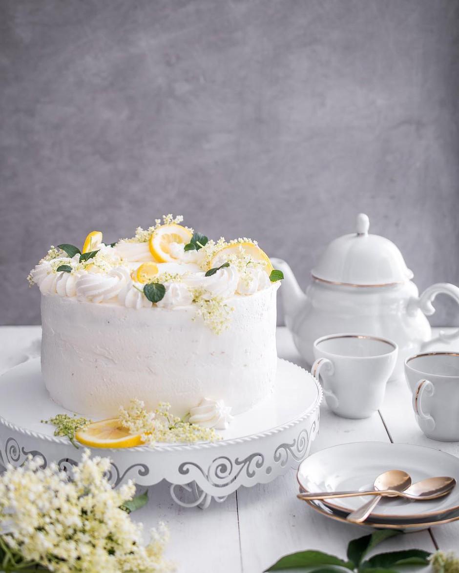 RECEPT: Božanska bezgova tortica (poročna torta princa Harryja in Meghan Markle) (foto: Instagram.com/midvakuhava_tjasa)