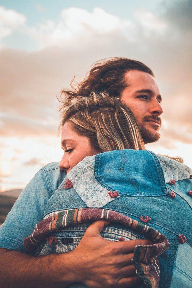 Kaj to, kako se objemaš, pove o tebi? (foto: Unsplash/Neonbrand)