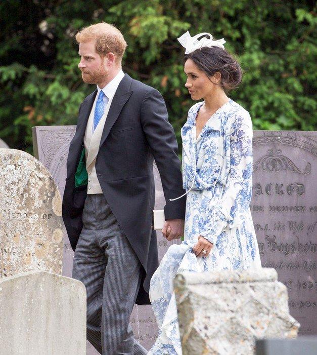 Meghan Markle na poroki nečakinje princese Diane nosila čudovito dolgo oblekico (foto: Profimedia)
