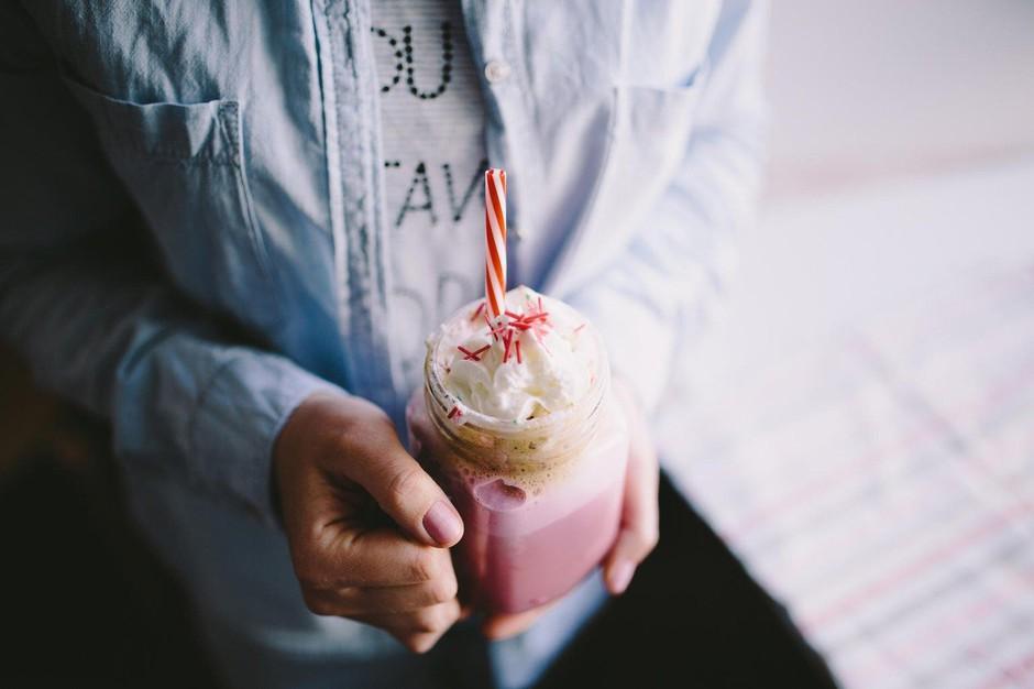 Rožnati kapučino ni le totalno instagramabilen, ampak tudi zdrav! (foto: Profimedia)