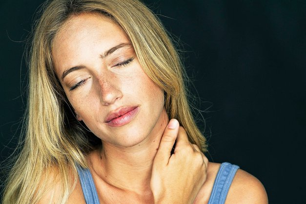 Imaš tudi ti zakrčen vrat zaradi stresa in sedenja? Poglej, kaj ti lahko pomaga! (foto: Profimedia)