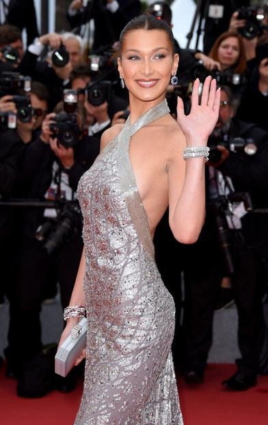 Na filmskem festivalu Cannes v Franciji je letos navdušila z dolgo srebrno oblekico, ampak z obleko, ki jo je nosila …