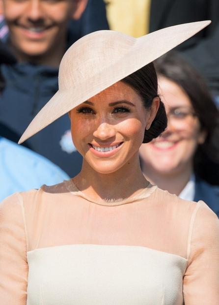 Meghan je že nekaj dni po poroki popolnoma očarala v tej nežni modni kombinaciji in klobuček je zagotovo poskrbel za …