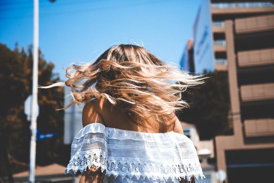 Imaš neverjetno suhe lase? Zgolj TEH nekaj sestavin jih bo spravilo v red! (foto: Unsplash.com/Maxx Miller)