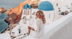 FOTO: 5 razlogov, zakaj so znane Slovenke letos navdušene nad Santorinijem (in tudi ti boš!)