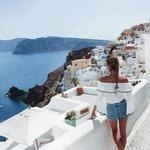 1. 360 stopinjski razgled. Če ne z drugim razlogom, moraš Santorini obiskati zaradi njegovega dih jemajočega razgleda. Modro nebo, ki se združi z belimi hišicami na skalovju in neskončno morje, na katerem plavajo okoliški otoki. Preprosto, a neverjetno lepo. Razgled, na katerem si lahko dobro spočiješ oči. (foto: Instagram/adrijanika)