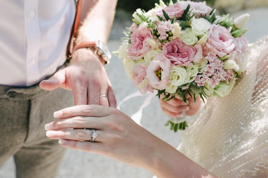 Zakaj nosimo poročni prstan na prstancu? (čudovita razlaga) (foto: Unsplash.com/Photos by Lanty)