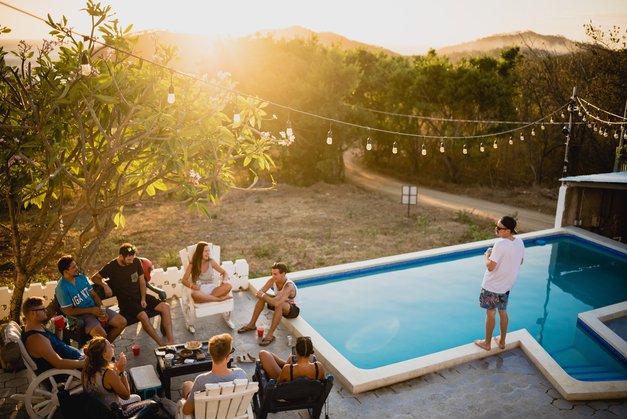Pozabi na klasične vrtne zabave ob koncu poletja! TO je nov trend, ki mu moraš slediti … (foto: Unsplash.com/Eric Nopanen)