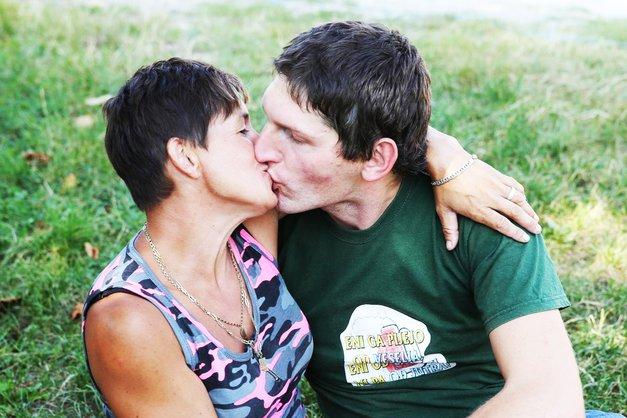 Vesna in Miha (Ljubezen po domače) čofotata kar v domačem 'fačuziju' – v sodu za grozdje (foto: Helena Kermelj)