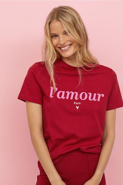 T-shirt majčka s simpatičnim napisom nikoli ne gre iz mode. Lahko jo kombiniraš...