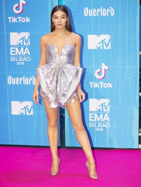 Hailee Steinfeld je večino zbranih navdušila s pajacem blagovne znamke Armani Prive. V bleščice se je odela tudi Nicki Minaj. …