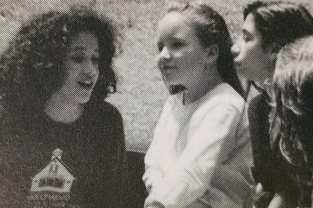 Bujno, kajne? Našli pa smo tudi fotografijo najstniške Meghan, kjer so njeni kodrasti lasje reeeeees lepo vidni. Poglej, kako je …