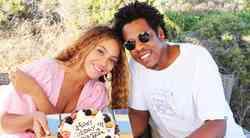 Uou! Beyonce in Jay-Z sta se znova poročila, njena poročna obleka pa je BOŽANSKA