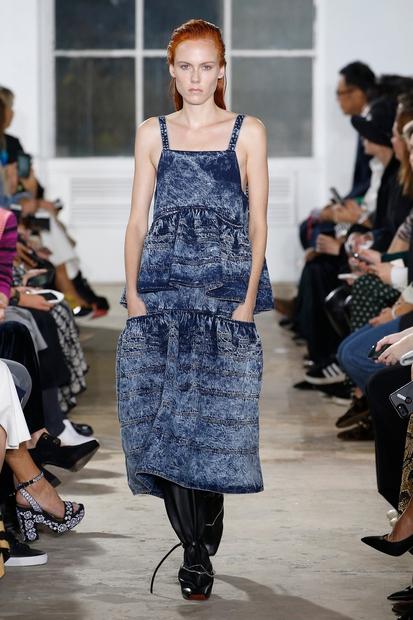 Mi smo za! Obleka znamke Proenza Schouler bi bila letos lahko obvezna sestavina vsakega popotniškega kovčka. Tudi naslednja kreacija je …