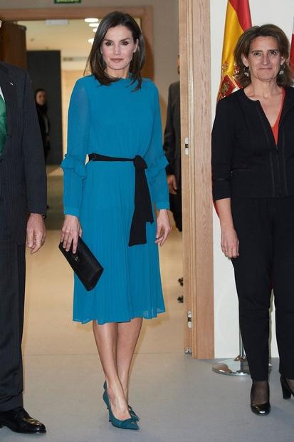 ...domačega modnega podjetja Zare. Izbrala je namreč preprosto, a elegantno obleko, ki v priljubljeni trgovini stane samo 20€. Poglej, kako …
