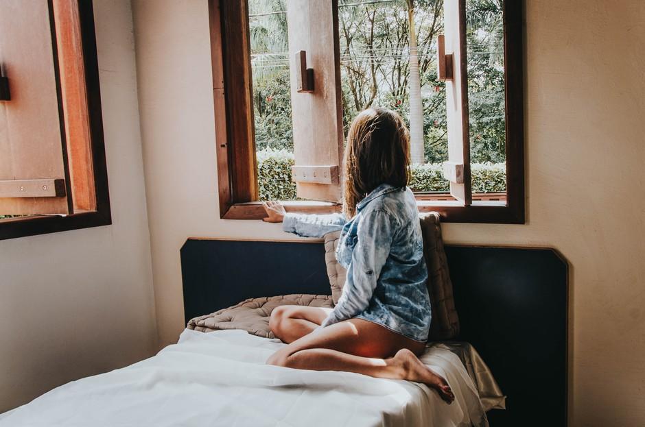 """""""V primerih, ko menstruacije ni bilo po več mesecev, sem komaj dihala."""" (Izpoved mlade Slovenke) (foto: Unsplash/Pamela Lima)"""
