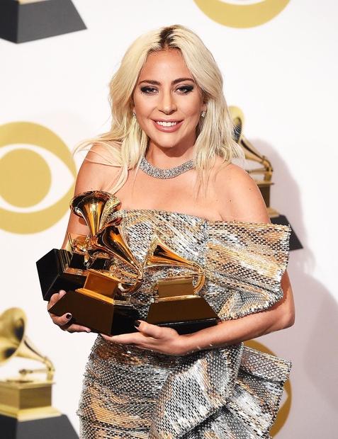 Lady Gaga že od začetka svoje kariere vztraja pri platinasto blond laseh, saj pravi, da se v njih počuti najbolj …