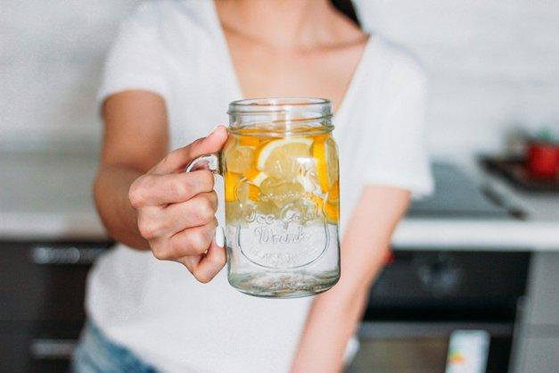 OMG! TA preprost trik z vodo ti bo pomagal kuriti maščobo (kot za stavo!) (foto: Profimedia)