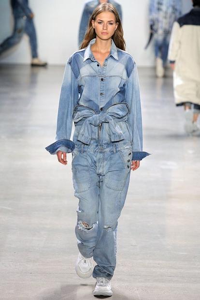 Letos nosimo džins na džins na džins! 😍 Trend so najprej napovedale modne piste na tednu mode v New Yorku, …
