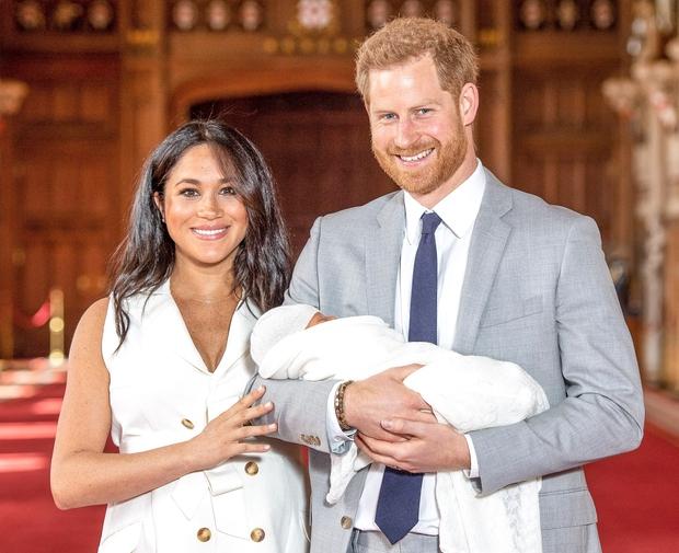 Dojenčka Sussex sta Meghan Markle in princ Harry včeraj tudi uradno predstavila javnosti, mlada mamica pa je naravnost blestela. 😍Njen …