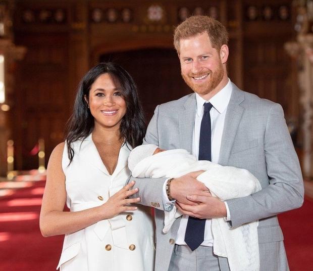 V ZDA in Veliki Britaniji so včeraj praznovali Dan očetov, kar pomeni, da ga je prvič praznoval tudi princ Harry! …