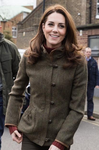 Kate Middleton se je več kot očitno naveličala trenda širokih hlač in zdaj raje posega po tem modelu, ki si …
