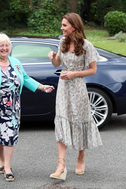 👉Tale obleka, ki jo je Kate nosila že večkrat, je ljubljenka modnih kritikov, saj ne glede na kombinacijo modnih dodatkov …