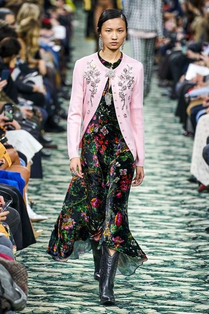 Vrhunski modni oblikovalci, kot so Prada, Richard Quinn in Paco Rabanne, so na modnih pistah že pomladi posebno pozornost posvetili …