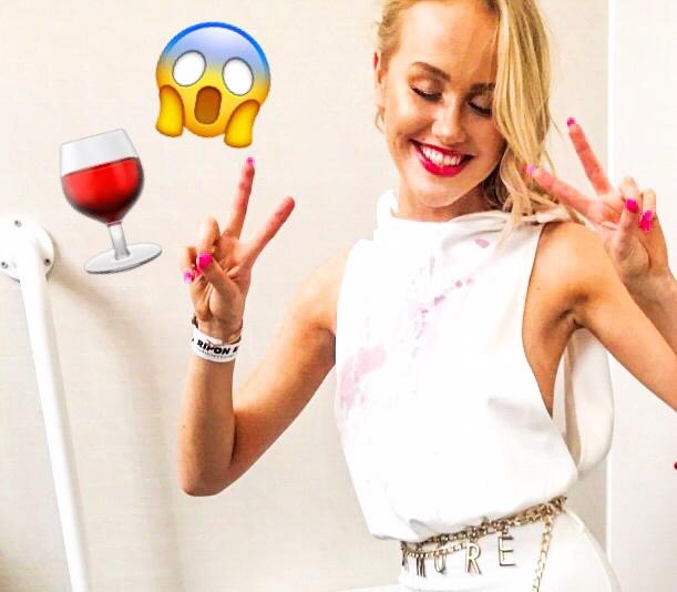 Ko se poliješ z rdečim vinom, je to resnično neprijetna situacija, še posebej, če gre za bela oblačila. Rdeče vino …