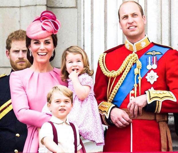 Kate in William sta včeraj blestela na kraljevi regati, a nihče ni pozornosti ukradel tako, kot mala princeska Charlotte! 😂Ko …