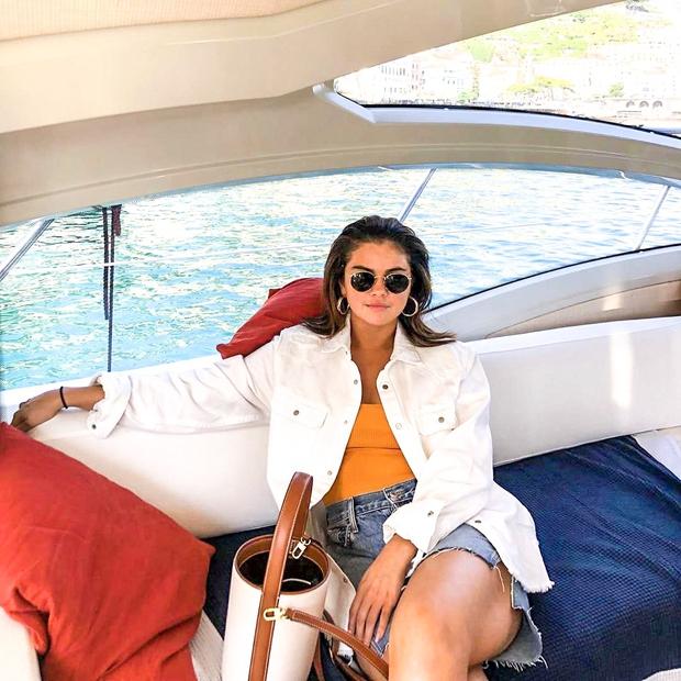 Selena je belo jeans jakno kombinirala s širokimi jeans kratkimi hlačami in preprosto enobarvno majčko. Punca je videti odlično, se …