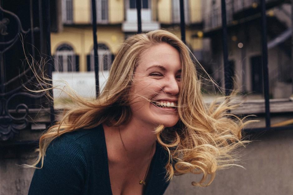 """""""Če bi bila ptica, bi točno vedela koga posrati."""" (izpoved mlade Slovenke, ki te bo nasmejala do SOLZ) (foto: Unsplash.com/Jeryd Gillum)"""