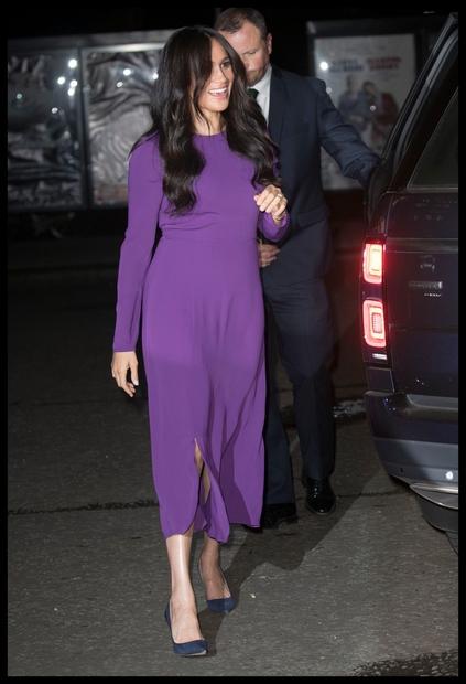 Meghan, VAU! Vijolična barva se vojvodinji krasno poda, preprost kroj obleke pa poudari njeno nežno in naravno lepoto. Obleko smo …