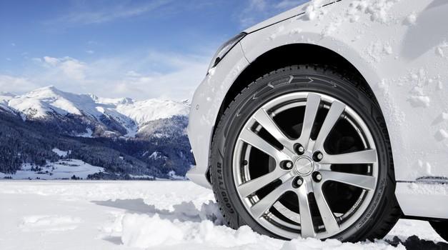 Si že zamenjala pnevmatike na svojem jeklenem konjičku? Od danes naprej so obvezne zimske pnevmatike