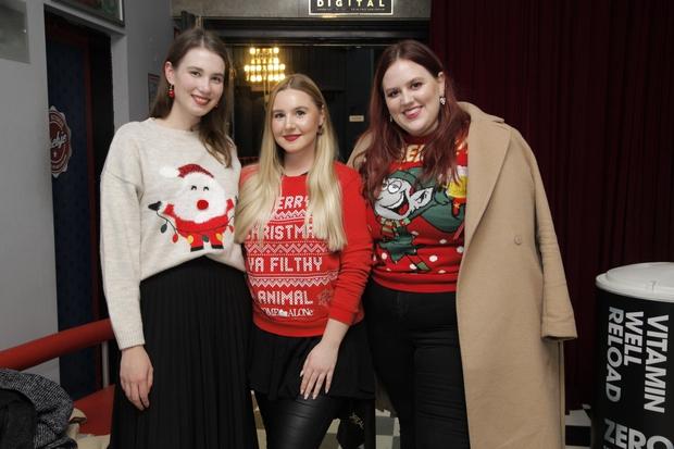 Cosmo dekleta in blogerke so se dogodka udeležile v božičnih puloverjih.