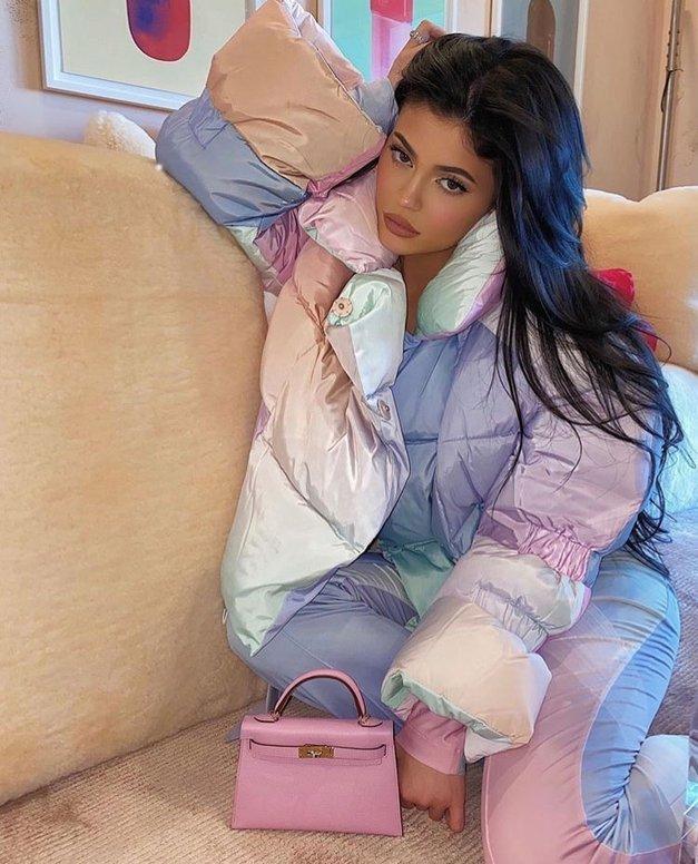 Kylie Jenner je nosila najbolj KUL par hlač ta trenutek (+ pokažemo ti, kako jih nositi!) (foto: Profimedia)