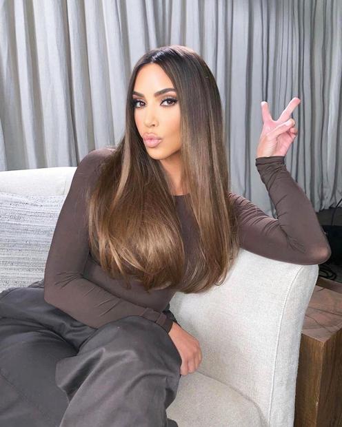 Si od nekdaj prepričana, da ima resničnostna zvezdnica Kim Kardashian West naravno ravne lase? Tudi mi smo bili, dokler nismo …