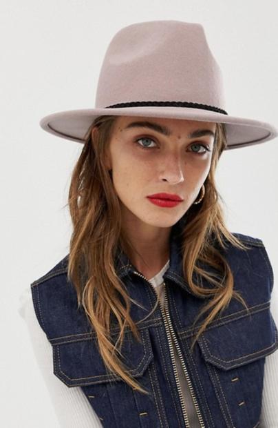 👉 Umazano roza klobuk s črnim pasom je krasna popestritev za vsak stajling. Najdeš ga na ASOS-u za 28€ in …