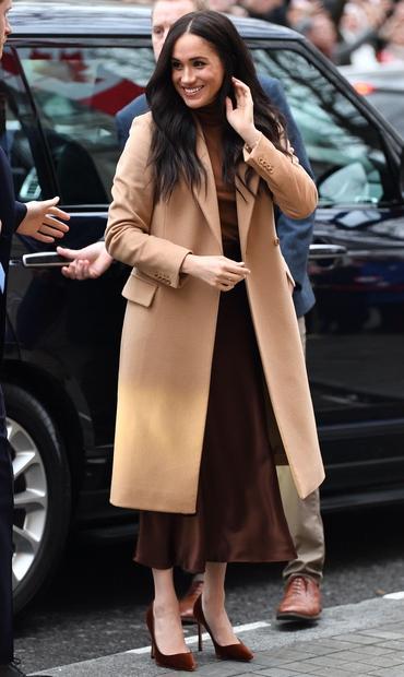 👉Prekrasna je, se strinjaš? Meghan je za svoj prvi uradni kraljevi obisk letošnjega leta v Londonu izbrala modne kose v …