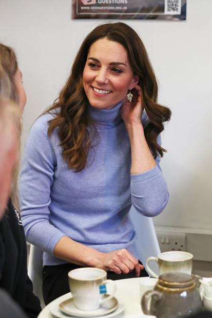 👉Govorimo o puliju v baby modri barvi, ki ga je Kate kombinirala s preprostimi črnimi hlačami, njenimi najljubšimi škornji, ki …