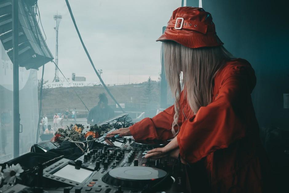 To so znani DJ-ji, ki bodo zate ta konec tedna vrteli glasbo brezplačno (TUKAJ!) (foto: Unsplash.com)