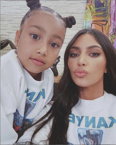 Resničnostna zvezdnica Kim Kardashian, ki smo je navajeni vedno glamurozne in urejene, te dni kaže precej drugačno sliko. Življenje v …