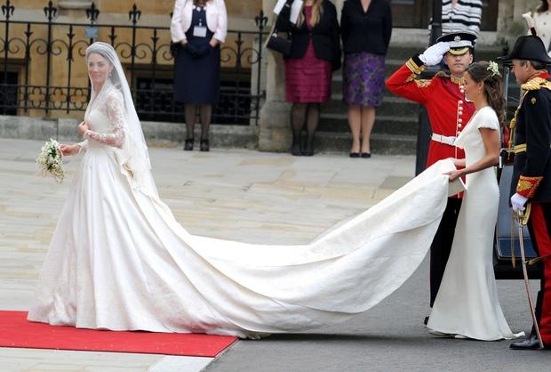 👉VAU! Enostavno VAU! Poročna obleka, ki je delo oblikovalke Sarah Burton iz modne hiše Alexandra McQueena, je navdušila tudi najostrejše …