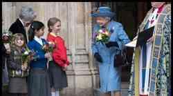 OMB!? Kraljica Elizabeta II. že 60 let nosi enako torbico